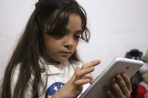 Bana Al-Abed partageait son quotidien sur Twitter grâce à un smartphone rechargé par énergie solaire après la destruction du logement familial.