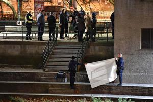 Des policiers suisses masquent avec un drap le corps découvert le long de la rivière, lundi soir à Zürich.