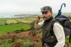 Pendant des mois, l'écrivain-voyageur Sylvain Tesson a arpenté à pied les routes de campagne entre le Mercantour et la Normandie.