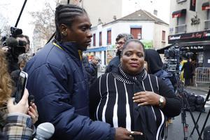 La mère et le frère de Clarissa Jean-Philippe, à la cérémonie d'hommage à Montrouge, le 9 janvier 2017.