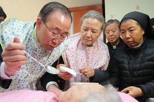 Ban Ki-moon lors d'une visite dans un centre de soins.