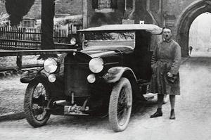 Adolf Hitler, le 20 décembre 1924, à sa libération de la prison de Landsberg où, pendant les neuf mois de sa détention, il rédigea Mein Kampf.