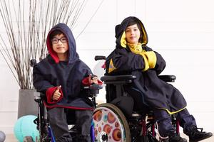 Les capes, adaptées aux enfants en fauteil roulant (crédit Kiabi)