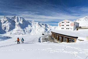 À Diavolezza, halte contemplative sur la terrasse du Berghaus, face au Piz Bernina.
