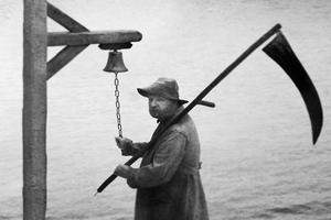 Lars von Trier avec une faucille dans la main.