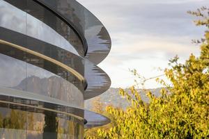 Les panneaux de verre courbes d'Apple Park.