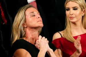 Toute la salle s'est levée lorsque Donald Trump a évoqué la mémoire du soldat Ryans Owens, tué dans une opération au Yémen fin janvier. Les regards se sont alors tournés vers sa femme Carryn, ici à gauche, avec Ivanka, la fille du président.