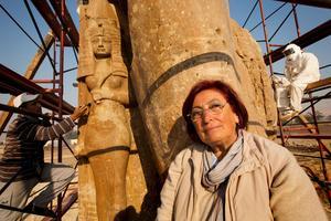 Depuis 1998, l'archéologue arménienne Hourig Sourouzian dirige les fouilles du temple d'Amenhotep III, remettant debout ces deux statues géantes de quartz rouge.