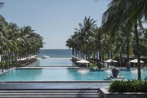 Vue sur la mer et sur quelques-une des piscines de l'hôtel Four Seasons à Hoi An.
