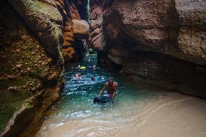 Progression à la nage dans un canyon