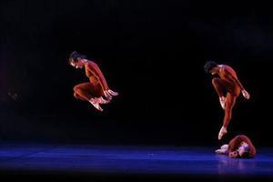 Le ballet «Newark», qui évoque la guerre des sexes, construit sur des mouvements évoquant la puissance. Crédit photo: Michel Cavalca