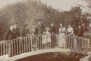 Camille Guérin entouré des membres de sa famille, à Vouneuil-sur-Vienne. Archive Famille Thénault-Santoni-Guérin.