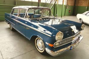 Une Opel Käpitan du début des années 1960. À l'époque, les grands modèles de la marque étaient considérés comme de luxueux haut de gamme.