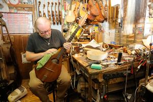 Le luthier Paul Doyle à Galway.