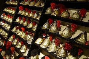 Plus de 300 casques français et étrangers seront mis en vente.