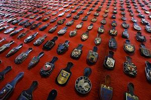 Les pucelles, ces médailles indiquant le corps du régiment.