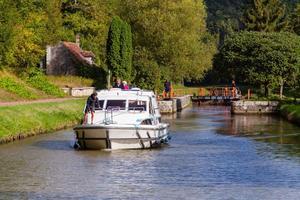 Lesmarins d'eau douce pilotent sur l'Yonne.