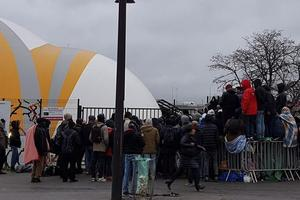 Des migrants devant le centre d'accueil.