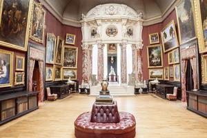 Accrochage à l'ancienne dans la Galerie des peintures du château de Chantilly (60).