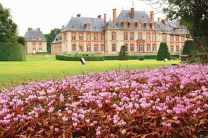 Dans la vallée de Chevreuse (78), le parc et les jardins à la française et à l'anglaise du château de Breteuil.
