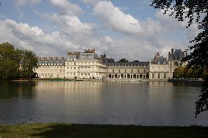 Le château de Fontainebleau déploie sesfaçades surl'étang aux Carpes (77).