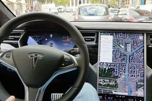 Les commandes du GPS, de la climatisation et du réglage châssis s'effectuent à partir <br/>de la tablette de 43 cm.
