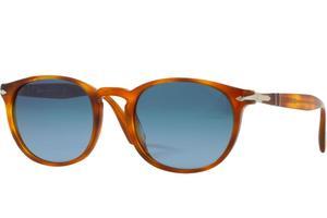 Des lunettes en écailles claires chez Persol.