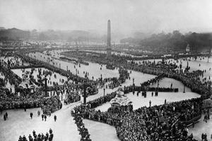 Vue générale du cortège place de la Concorde à Paris, lors des funérailles nationales de Paul Doumer le 12 mai 1932.