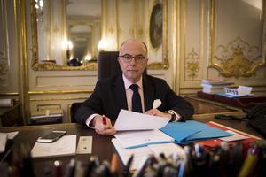 Le premier ministre Bernard Cazeneuve dans ses bureaux, en janvier.