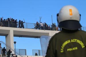 Des bagarres entre «fans» des deux camps sous les yeux d'un policier