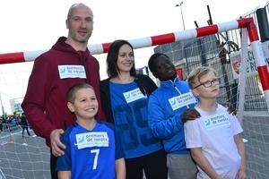 Thierry Omeyer avec de jeunes enfants