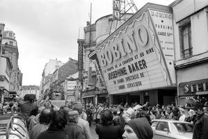 La mythique salle de spectacles Bobino en 1975, lors des funérailles de Joséphine Baker (XIVe).