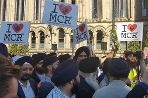 La communauté sikh défile pour rendre hommage aux victimes de l'attentat.