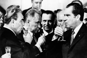Toast entre Leonid Brejnev et Richard Nixon à Moscou, le 26 mai 1972 après la signature des accords des SALT.