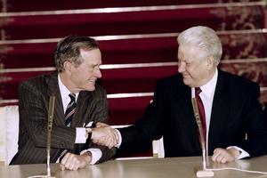 George Bush et Boris Eltsine se serrent la main après avoir signé un traité historique le 3 janvier 1993 sur le désarmement.