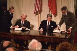 Ronald Reagan et Mikhail Gorbatchev paraphent le traité FNI le 8 décembre 1987 à Washington.