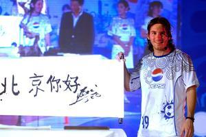 Léo Messi avec une publicité Pepsi