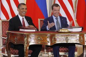 Les présidents Barack Obama et Dmitri Medvedev après la signature du traité Start III le 8 avril 2010 Prague.