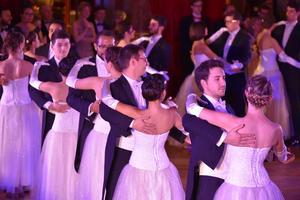 20 couples de débutants ouvrent le bal.