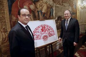 Buon Tan aux côtés de l'ancien président François Hollande.