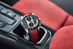 Le chronographe Porsche Design 911 GT2 RS accompagne chaque voiture.
