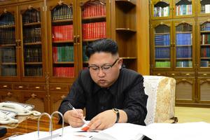 Kim Jong-un signant l'ordre d'engager le test de missile.