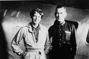 Amelia Earhart et son navigateur Fred Noonan posant devant leur avion à Los Angeles, deux mois avant leur disparition.