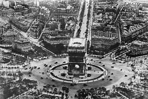 Vue aérienne de Paris: l'Arc de Triomphe et la célèbre Avenue des Champs-Élysées.