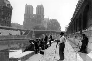 Des peintres et des pêcheurs sur les quais de Seine dans les années 1930.
