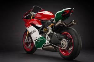 Cette moto sportive affiche plus de 200 ch à 11 000 tr/min.