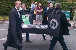 Au lancement de Windows Phone, Microsoft avait organisé les funérailles de l'iPhone. (Flickr/trioculus)