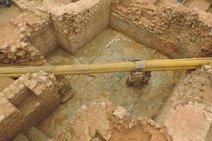 La canalisation de gaz traversant la cave gallo-romaine. Crédits photo: Cellule Archéologique Départementale   CD08
