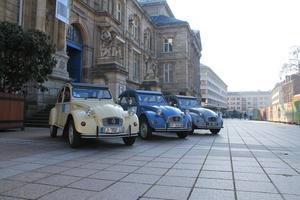 Devant le musée des Beaux-Arts, les trois 2 CV de trois couleurs (Rouen 2 CV Tour).