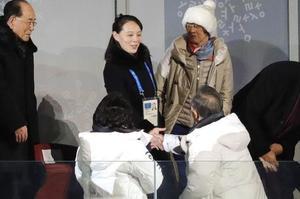 Kim Yo-jong, sœur de Kim Jong-un, serre la main du président sud-coréen aux JO.